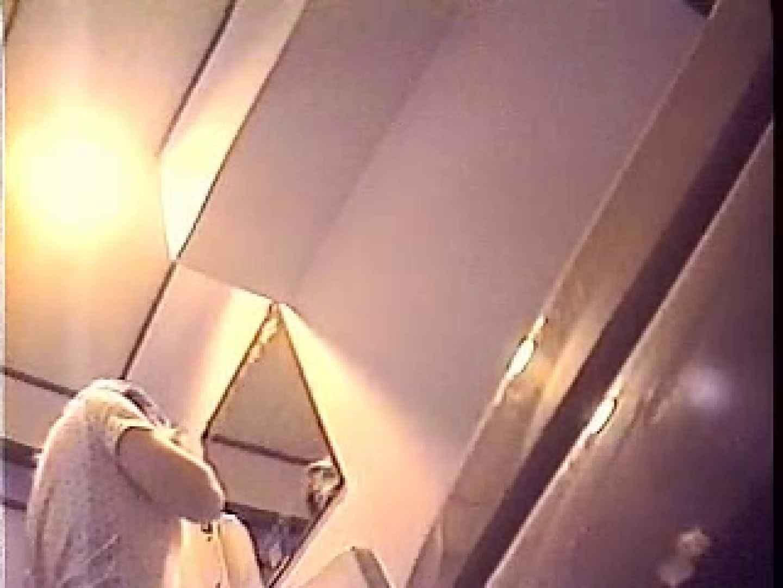 美人洋式洗面所を2カメで盗撮!